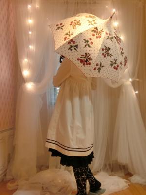 蜜蜂の「Umbrella」をテーマにしたファッションです。(2018/04/21)