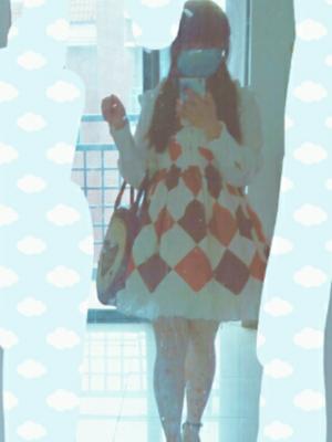 头一回穿lo出门的时候,穿的是第一条小裙子。MUMU...