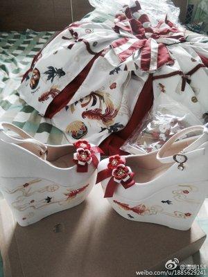 朋友手绘了搭配的鞋子,自己制作了其他配件,制作的时候...
