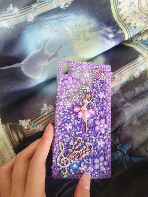 我前几年做了很多手机壳来搭配裙子,我个人很喜欢紫色系...